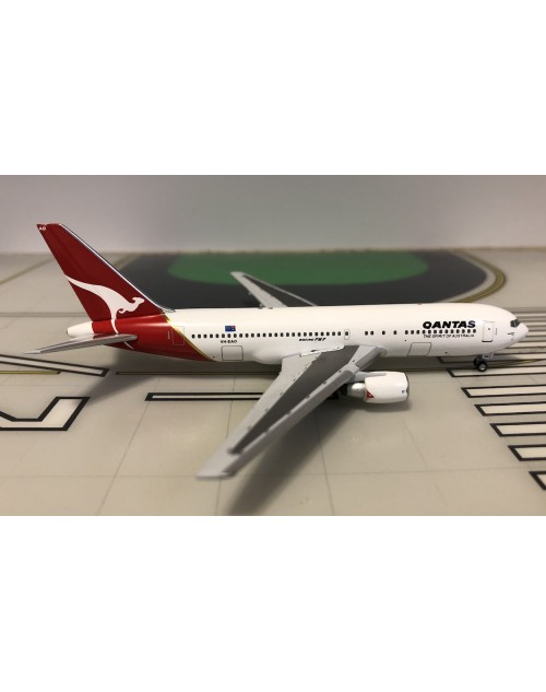 Qantas Boeing 767-200 VH-EAO 1980s colors 1/400 scale diecast Aeroclassics